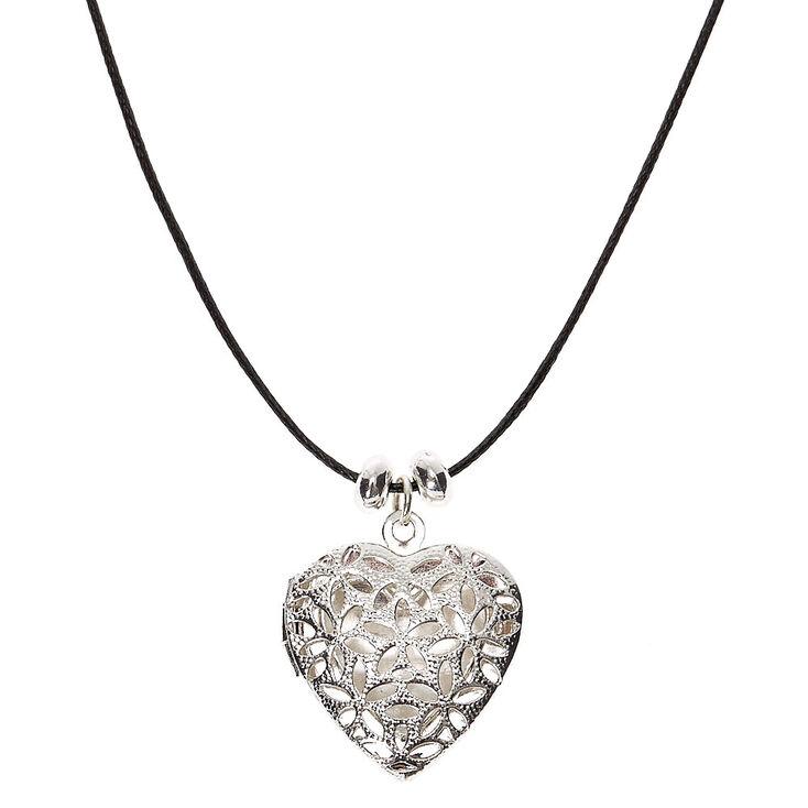 Collier à pendentif avec médaillon cœur en filigrane couleur argenté,