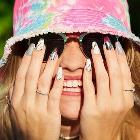 Faux ongles couleur argenté et effet marbré,