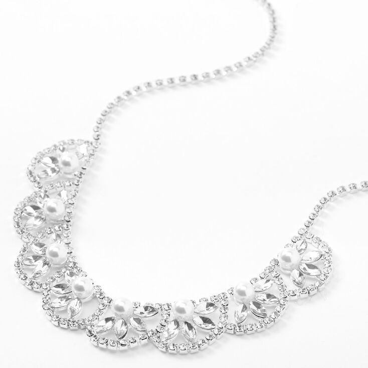 Collier de caractère motif feuille à festons avec perles d'imitation et strass couleur argentée,